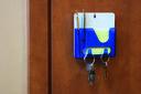 Подставка под ручки с бумажным блоком и крючками для ключей (синяя) — фото, картинка — 2